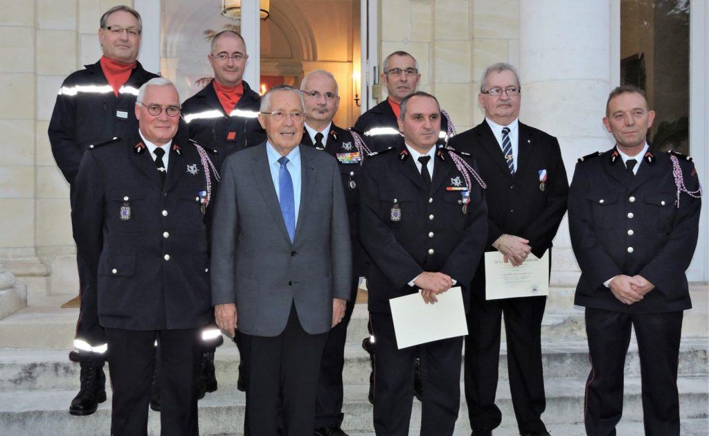 Quatre sapeurs pompiers r compens s par la m daille de la - Grille indiciaire adjudant sapeur pompier professionnel ...
